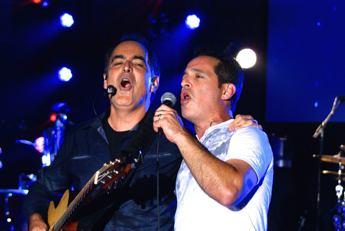 """Neal Morse and Nick D'Virgilio perform """"Wind at my back"""" from Morsefest 2015 DVD"""
